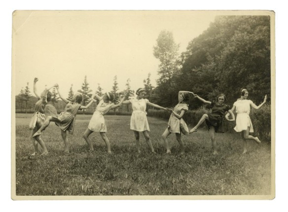Acrobatic girls in a field Photographer unknown Antwerpen - zuid 12,5 x 17,5 cm Found in Merelbeke